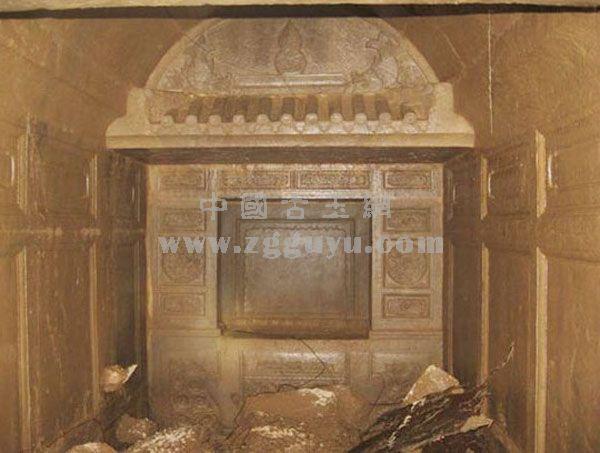 该墓葬为三人合葬墓,两男一女。每个墓有两道门,且可以自由开合,门均可用铜锁锁着。第一道门进去为厅,第二道门进去为室(即放棺材的地方)。每墓都由厅、室组成,而且厅与厅相通,室与室相连。为石结构仿木建筑,每墓大小相同,雕刻图案也相同。室后壁有一龛,长0.89米,宽0.
