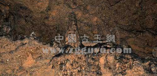 史前时期古脊椎动物骨骼及牙齿化石分别镶嵌在城山洞